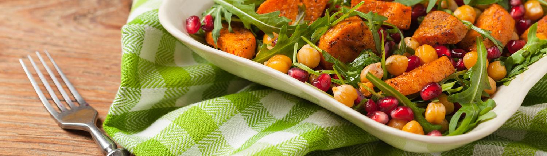 Kreativer Gemüsesalat mit Süsskartoffeln, Rucola, Kichererbsen, Granatapfel